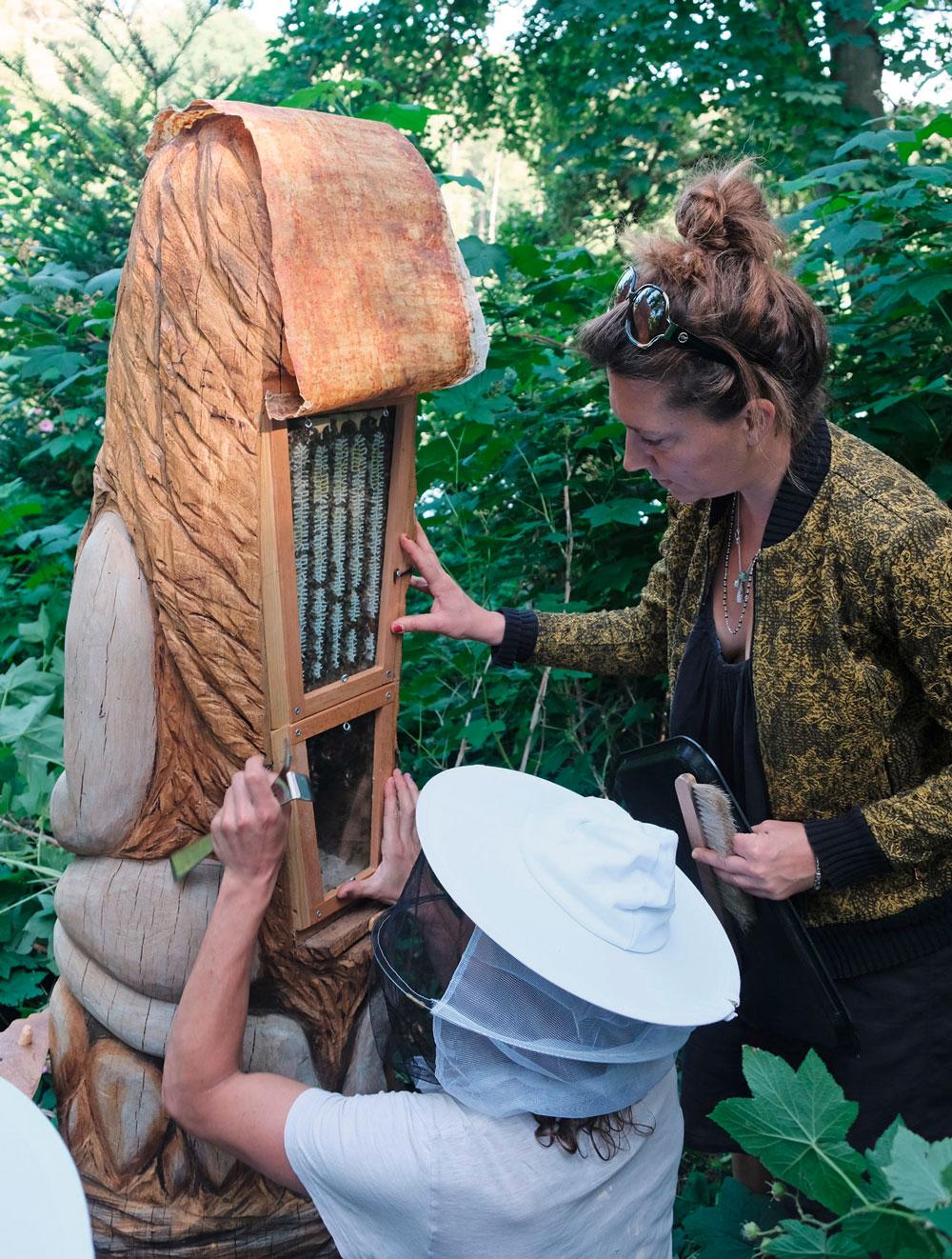"""Eine Woche nach Schwarmeinzug, Check des Bienenvolks in Skulptur """"Melissa"""""""