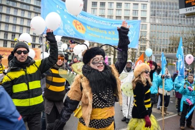 """Bienentanz auf der jährlichen Demonstration in Berlin """"Wir haben es satt"""" Foto: Marc Marquardt"""