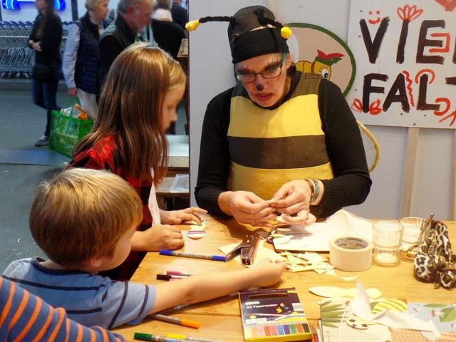 Biene-Tine beim basteln mit Kindern - Markthalle Neun, Berlin Kreuzberg, StadtLandFood Festival 2018
