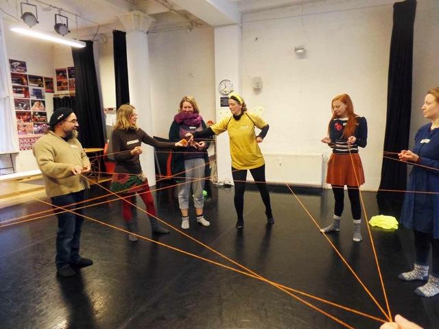Tines Theaterpädagogik-Kurs, Spielkette zum Thema Bienen, Netzwerk