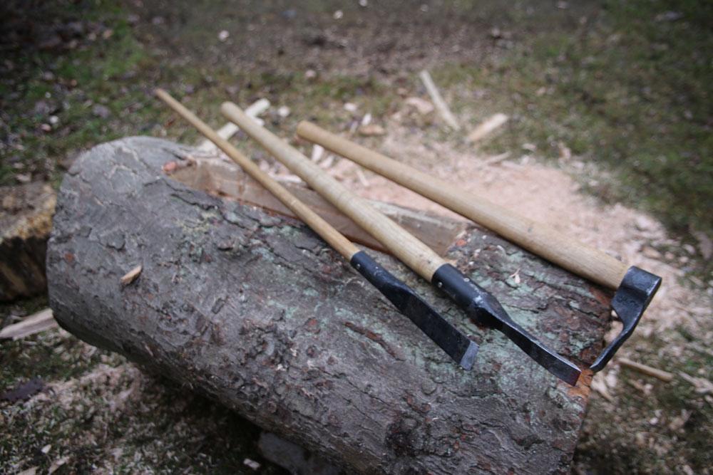 Die geschmiedeten Werkzeuge für die Aushöhlung des Baumstammes